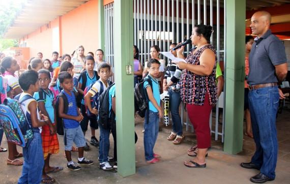 Diretora Mônica França e secretário Emerson Castro deram boas-vindas aos alunos