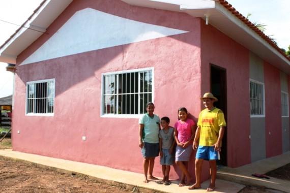 Família de produtores rurais comemoram a nova moradia