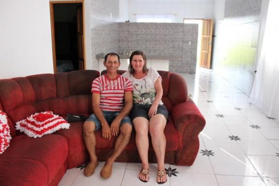 Casal de produtores rurais beneficiados com a nova moradia