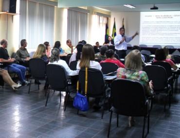 Suamy Vivecananda, subgerente da Gerência de Educação, debate sobre aproveitamento da EJA