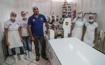 Manoel Júnior com as funcionárias da fábrica diz ser grato ao governo pelo incentivo ao negócio através do Banco do Povo