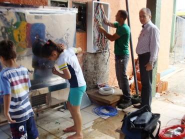 Romildp Pereira observa o trabalho desempenhado pelo eletrecista da Regional