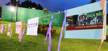 Faixas e cartazes com mensagens contra a redução da maioridade penal foram espalhadas pela praça das Caixas D'água
