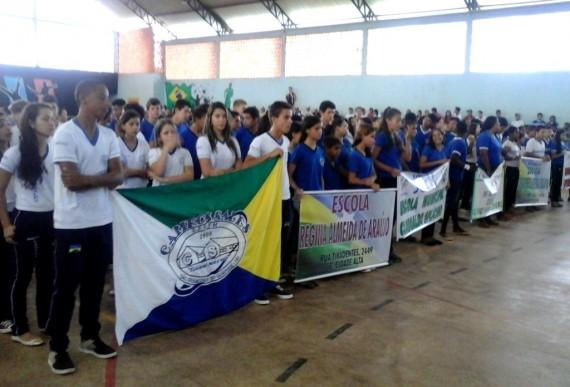 Alunos se reúnem no ginásio de esportes de São Francisco do Guaporé para abertura dos Jogos Escolares Municipais
