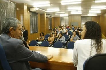 Rodnei Paes palestra ao lado da museóloga Marcelle Pereira