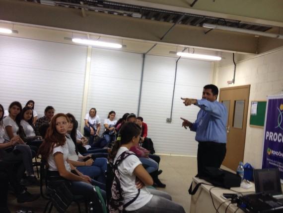 Rui Costa, coordenador do Procon-RO, durante palestra na Escola Heitor Villas Lobo