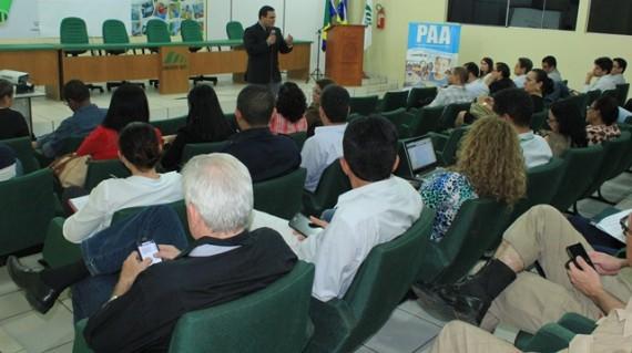 Participantes da audiência pública ouvem as explicações do secretário George Braga
