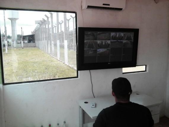 Agente penitenciário monitorando a unidade prisional.