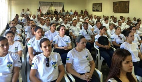 Alunos em aula inaugural no auditória da Fatec