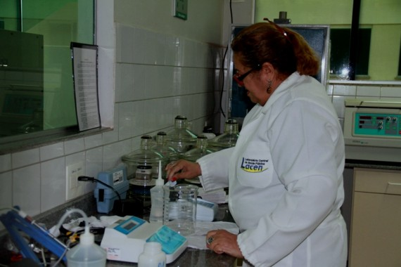 Técnica do Lacen realiza análise da água