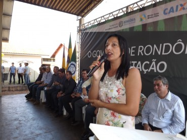 Valdenice Domingos Secretaria de Assistência Social - SEAS falando aos mutuarios