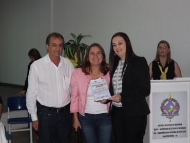 Iloir Miguel e Fátima Gavioli entregaram a placa de Embaixadora da Educação em Rondônia à professora  Márcia Cristiane