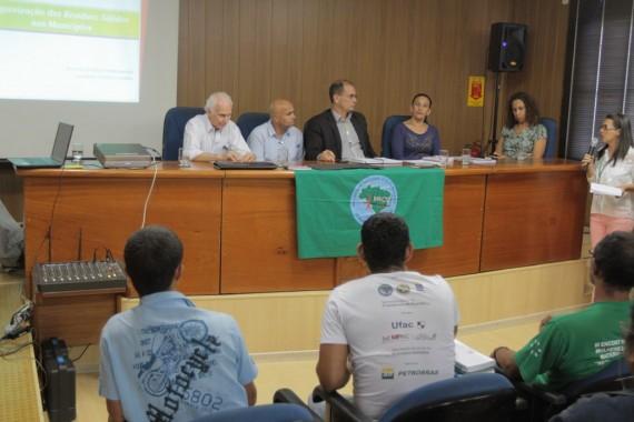 Vice-governador Daniel Pereira debate a política de resíduos sólidos junto aos catadores