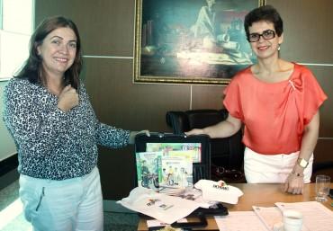 Secretária Fátima Gavioli recebeu de Gildete as 30 pastas com materiais de conscientização no trânsito doadas pelo Detran-RO