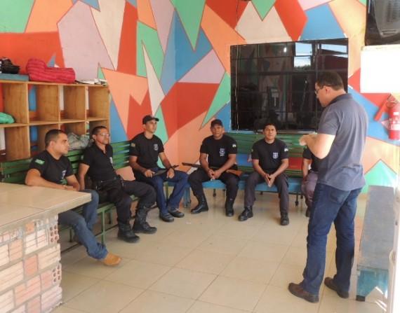 Secretário conversando com agentes do centro de ressocialização de Costa Marques