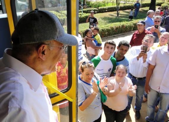 Entrega de ônibus para alunos com necessidades especiais de Alto Paraíso (12)