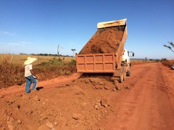 O serviço de encascalhamento já ultrapassou a extensão de 15 km da estrada.
