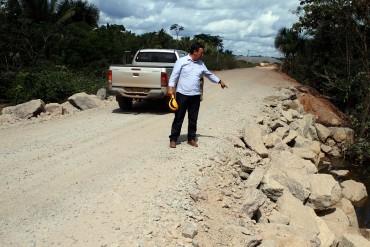 Residente Irineu Antonio Hofstetter mostra aterro na estrada de acesso a Fortaleza do Abunã
