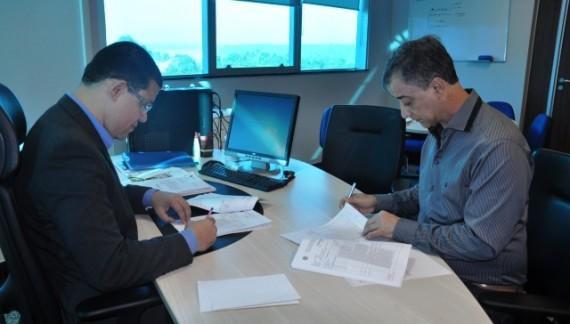 Secretário Marcos Rocha da Sejus e superintendente da SPU, Antônio Ferreira assinando termo de doação dos equipamentos de informática