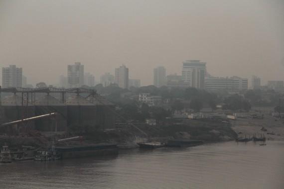 Densas nuvens de fumaça cobrem a cidade de Porto Velho, com destaque para o rio Madeira