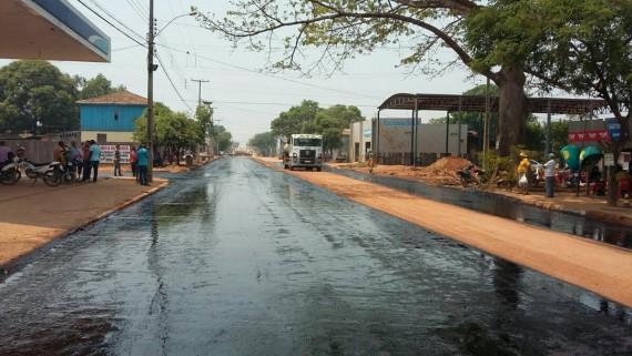 Avenidas centrais de Cujubim estão sendo asfaltadas