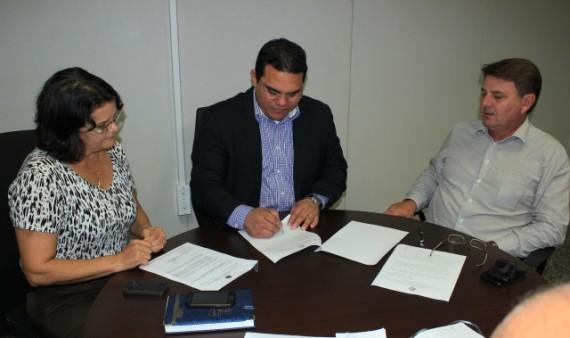 Secretário George Braga e Evandro Padovani assinaram o documento formalizando a parceria da Sepog com a Seagri