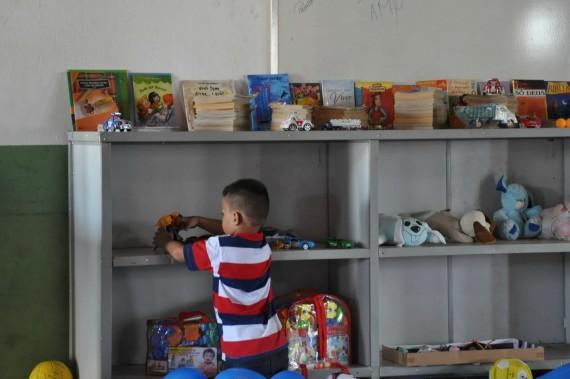 Filho de reeducando se diverte com brinquedos durante visita na unidade
