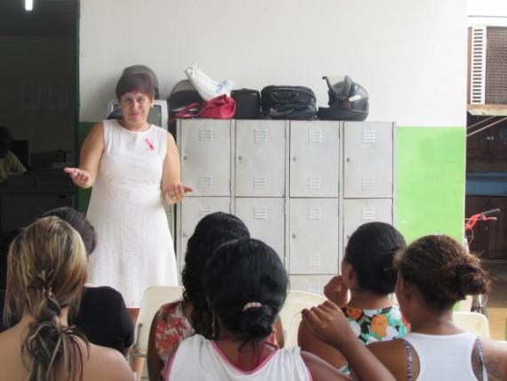 A palestrante Renata contou sua experiência ao ser diagnosticada com câncer e deu orientações às reeducandas sobre a prevenção da doença