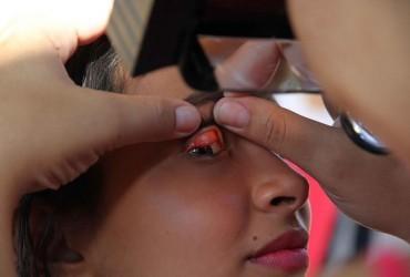Exame em estudante para detectar a presença do tracoma