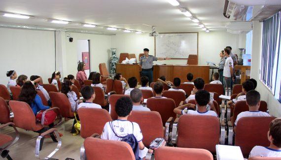 Os alunos estudam música no horário inverso ao ensino regular