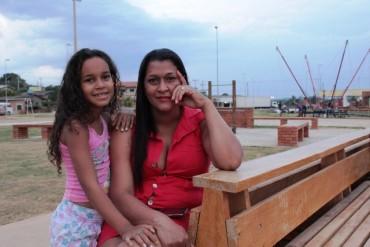 Cauane, com a mãe Luciana, disse estar feliz com a nova área de lazer perto de sua casa