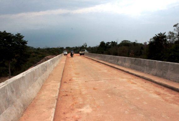 Ponte de concreto, feita pelo Governo do Estado, que liga os municípios de Theobroma e Jaru.