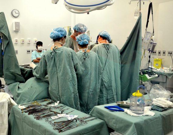 Atualmente existem cerca de 85 pacientes em fila de espera para transplante renal e cerca de 170 pacientes realizando exames para inclusão em fila