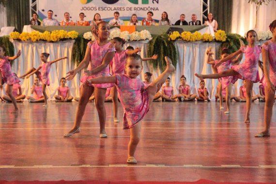 Apresentação da ginástica artística durante abertura do Joer em Vilhena