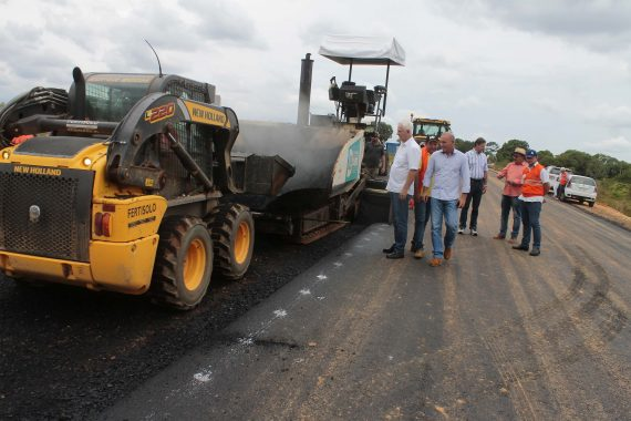 Diretor Ezequiel Neiva, senador Acir Gurgacz e deputado Airton Gurgacz inspecionam o asfaltamento