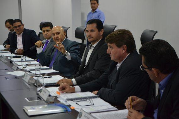 Confúcio Moura na coordenação de reunião do Conder.