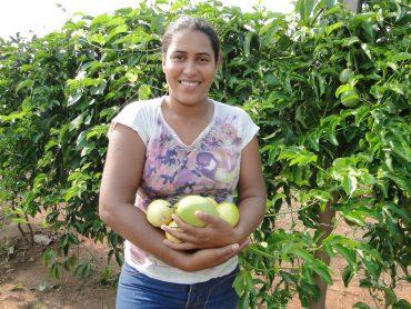 Andressa trocou a profissão de bióloga pela plantação de maracujás