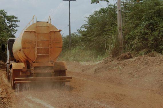 DER fazendo teste de aplicação do produto sola cola na Estrada do Belmont, em Porto Velho