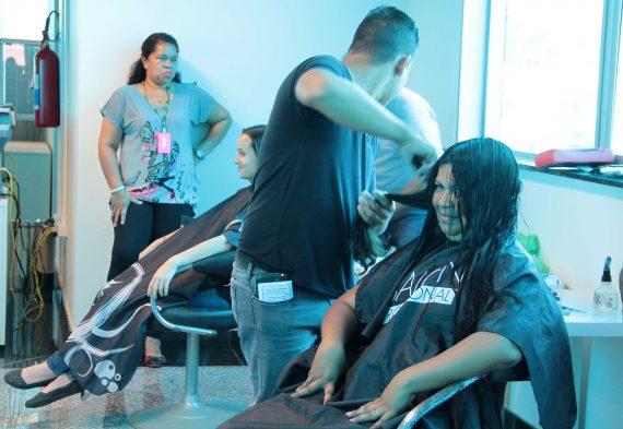 Corte de cabelo foi um dos serviços oferecidos aos servidores