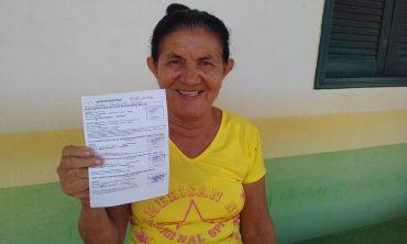 Rosa mostra contente o resultado dos exames