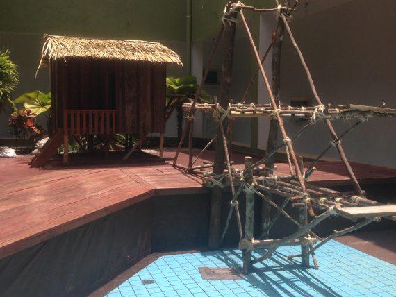 Casa ribeirinha e burra, ferramenta usada para pesca na Cachoeira do Teotônio
