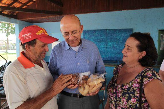Governador com produtores familiares.