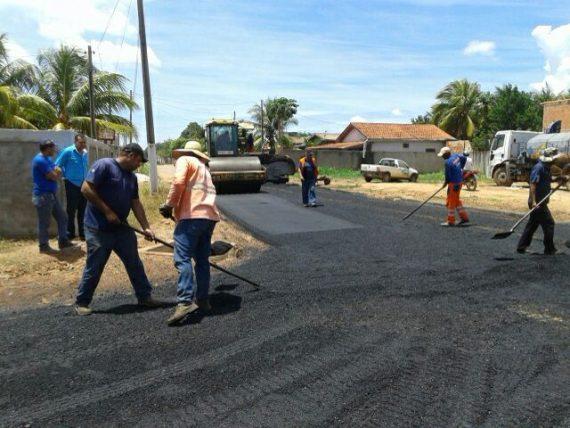Aplicação de capa asfáltica, produzida com asfalto usinado.