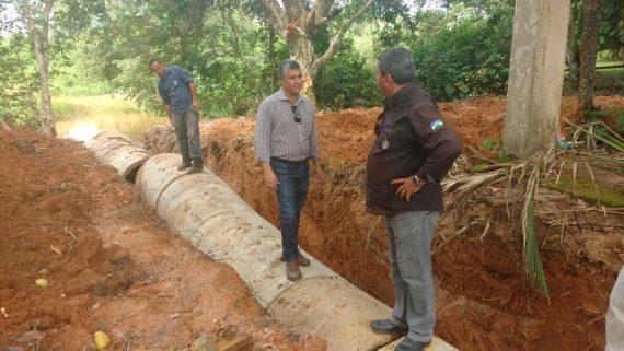 Coordenador da CAU, Celso Coelho, vistoria a obra de drenagem do Bairro Uirapuru
