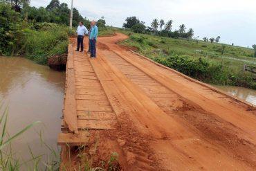 Diretor do DER, Ezequiel Neiva, durante inspeção para definir a construção da nova ponte no rio Araras