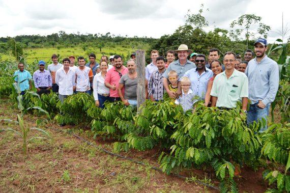Produtores visitando a lavoura do senhor Osamar Alves Cestari em Parecis