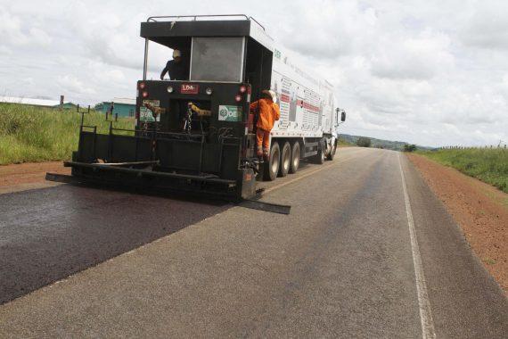 Restauração com microrevestimento asfáltico da RO-370 no acesso a Cabixi