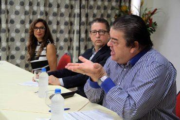 Secretário Pimentel agradece pesquisadores, ao lado do presidente da Fapero, Francisco Elder, e da representante do PPSUS, Mage Tenório