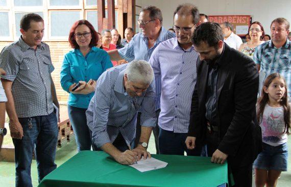 Prefeito Airton Gomes, de Cerejeiras, assina termo de cooperação.