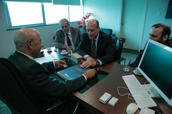 Confúcio Moura presenteou o cônsul Michele Pala com uma réplica de uma locomotiva da Estrada de Ferro Madeira Mamoré